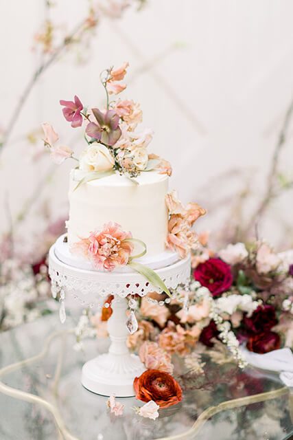 wedding cake A Cozy and Picturesque House Elopementin Sunny California